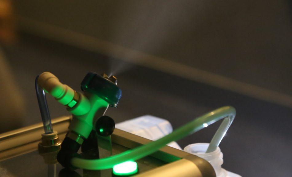 専用噴霧機によってデルフィーノまるごと抗菌を実施している様子