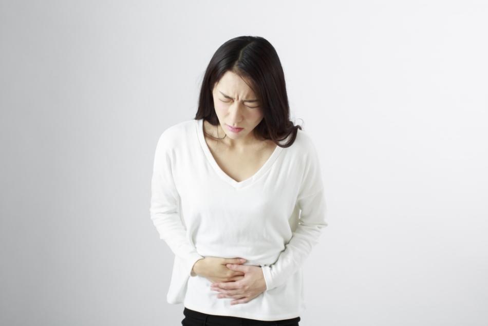 腹痛を抱える女性のイメージ