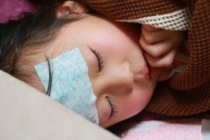 溶連菌感染症で寝込む子供のイメージで画像です。