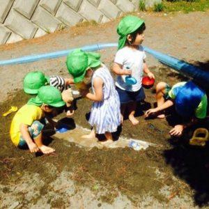 砂場で遊ぶ園児たちの写真