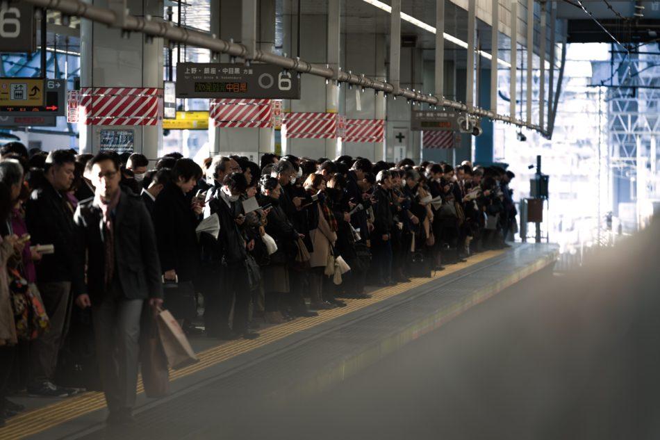 大勢の人で混雑する電車ホームのイメージ画像です。
