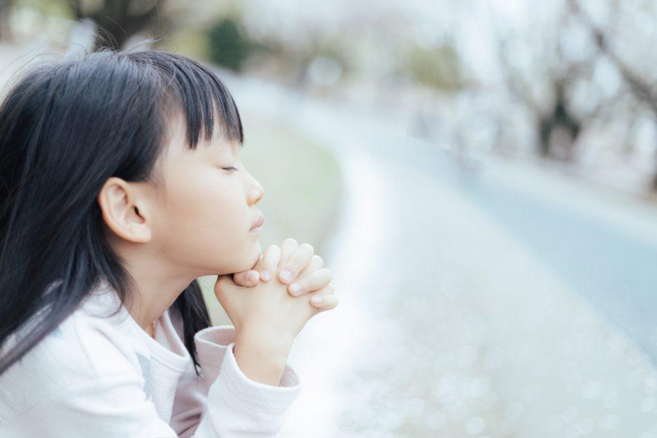 平穏な日々が戻ることを祈る少女のイメージです。