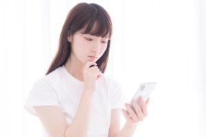 菌とウイルスの違いを検索している若い女性